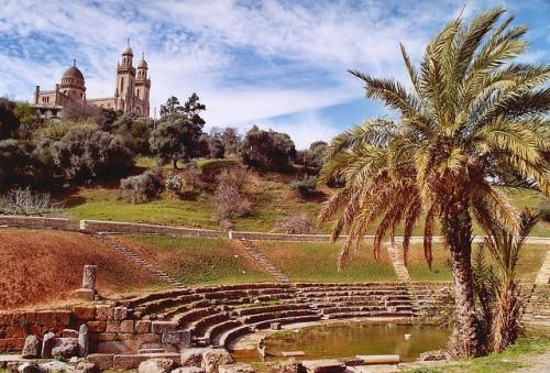 Restos romanos y al fondo la catedral de San Agustín