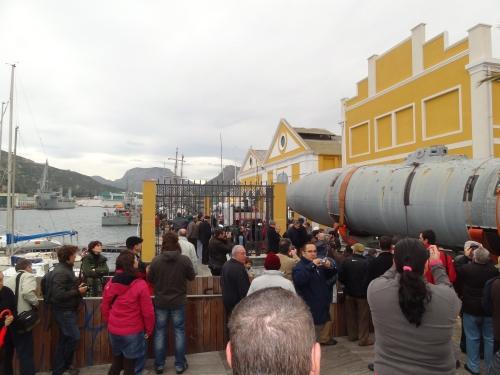 El submarino pasando por el edificio de la Cátedra de Historia Naval