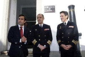 Autoridades civiles y militares en la entrada de la nueva sede del Archivo
