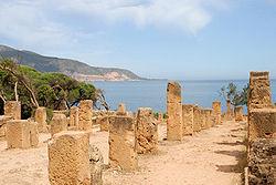Restos de la necrópolis con el Mediterráneo al fondo