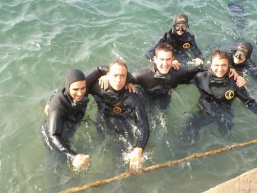 ya dentro del agua saludando