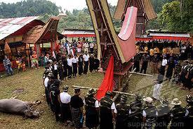 Rito funerario en el que se puede apreciar la gran estructura en forma de barco donde va el difunto