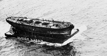 El buque sobre la plataforma que lo transportó a Gran Bretaña