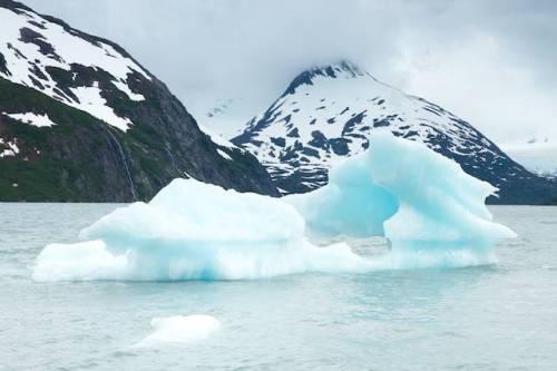 Un pequeño icebreg flotante