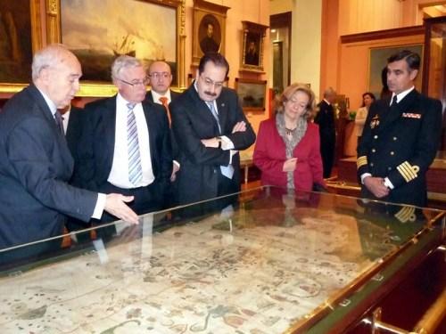 Sisño mostrando a la delegación de la Universidad de Murcia la carta de Juan de La Cosa