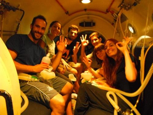 Alumnos dentro de la cámara hiperbárica