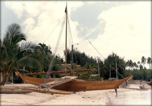 Canoa con batanga construida según técnicas antiguas