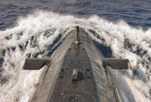 """Vigilancia discreta. Proa del Submarino S-71 """"Galerna"""" surcando las aguas"""