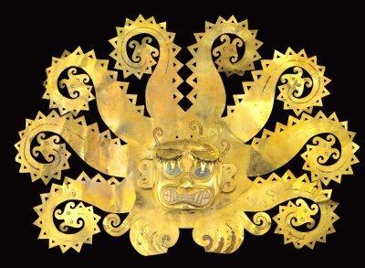Corona de oro con incrustaciones de concha spondylus en los ojos y boca, posee en el centro una figura antropomorfa felínica, en los costados salen olas y aparecen figuras de peces life en los extremos