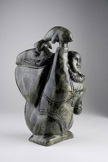 Escultura de Sedna lanzando una ballena beluga.