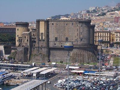 Castillo del Huevo, denominado así por la leyenda que cuenta que Virgilio escondió un huevo en el interior del castillo, y se suponía que éste debía soportar el peso del castillo, y si se rompía el castillo se hundiría y la ciudad sufriría grandes desastres