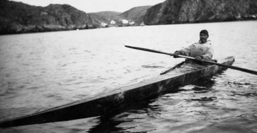 Inuit en su kayak en los territorios del Noroeste (1929) - Foto Library and Archives Canada (Flickr, CC)