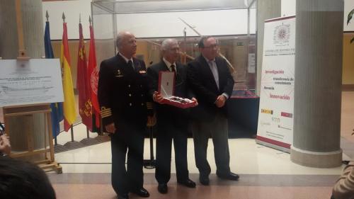 Emotiva entrega de una placa conmemorativa a D. Féliz Moreno Sorlí, el modelista que ha donado la galera.