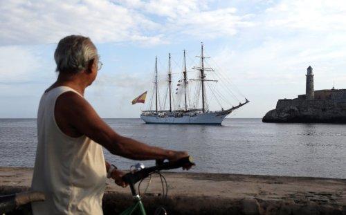 Fotografía del B/E J.S. Elcano con el castillo del Morro de La Habana al fondo (EFE/Alejandro Ernesto, El País)