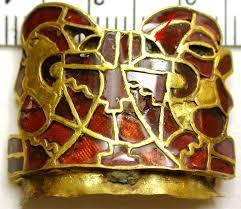 Una de las piezas de oro con granates