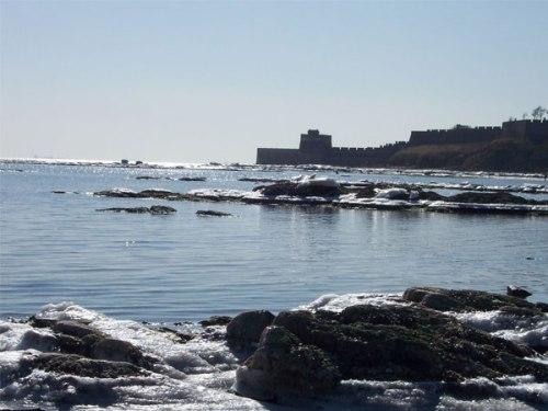Otra vista de la muralla en su camino hacia el mar