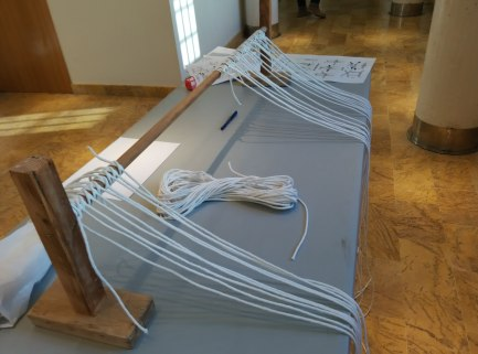 Todo preparado para el inicio de la jornada. En mesa hay un construcuto de madera que permite tener organizadas las cuerdas para el taller de nudos